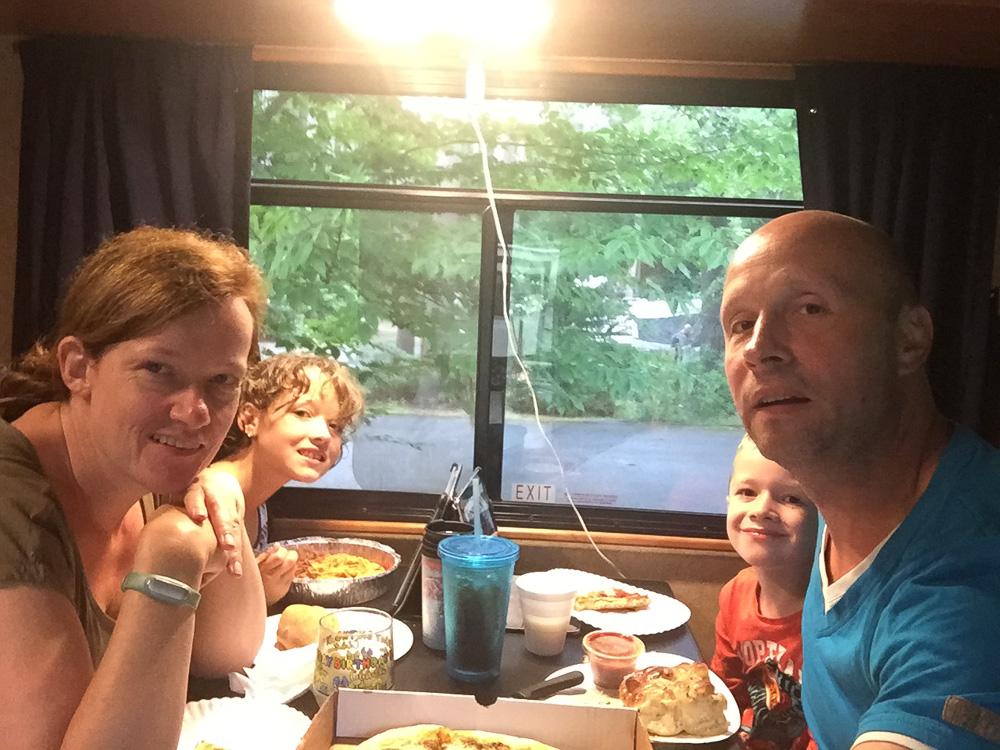 Gezellig knus in camper eten