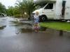 Na een regenbui in de plassen stampen
